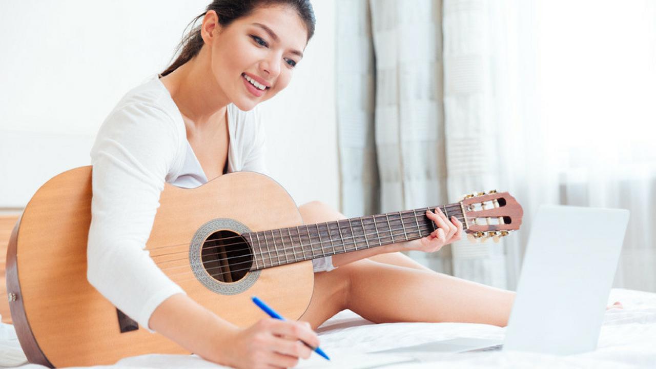 meglio corso di chitarra online o maestro dal vivo persona